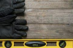Gelbes Gebäudeniveau und alter Handschuh Lizenzfreie Stockfotografie