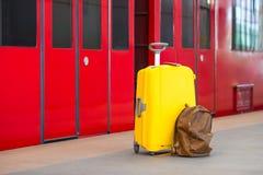 Gelbes Gepäck mit Pässen und braunem Rucksack Stockfotos