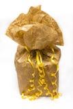 Gelbes Geschenkboxisolat auf weißem Hintergrund Lizenzfreie Stockfotos