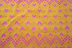 Gelbes Gewebe mit Herzen Lizenzfreie Stockfotografie