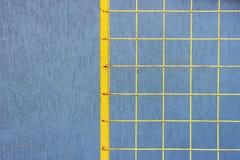 Gelbes Gitter, welches die Straße zur Baustelle blockiert Stockbilder