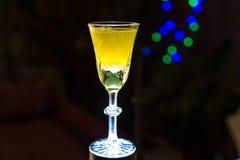 Gelbes Glas auf einem dunklen Hintergrund Stockbild