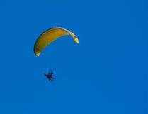 Gelbes Gleitschirmfliegen auf Flug Stockfoto