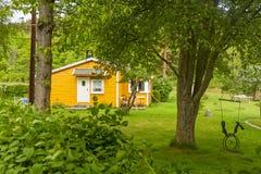 Gelbes Haus in der Insel von lindoya stockbilder