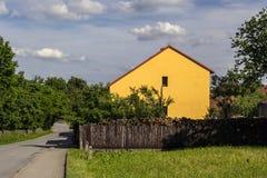 Gelbes Haus durch die Straße Stockfotografie