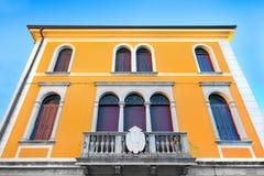 Gelbes Haus gegen blauen Himmel Lizenzfreies Stockfoto