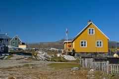 Gelbes Haus in Grönland mit Markierungsfahne und Zaun Stockbilder