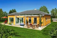 Gelbes Haus im Garten stock abbildung