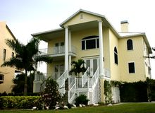 Gelbes Haus mit hohen Spalten Stockbild