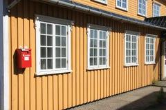 Gelbes Haus mit roter Mailbox Stockbilder