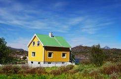 Gelbes Haus, Mortsund, Lofotens, Norwegen Stockfotografie