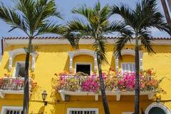 Gelbes Haus und Palmen Stockbild