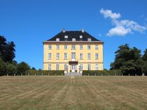 Gelbes historisches Schloss in Luis Seize Style lizenzfreie stockbilder