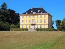 Gelbes historisches Schloss in Luis Seize Style stockfoto