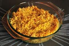 Gelbes Huhn-keema pulao, indischer Teller Stockbild