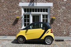 Gelbes intelligentes Auto Lizenzfreies Stockbild