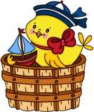Gelbes Küken des Seemanns, das wenig Boot in der hölzernen Wanne spielt Stockfotografie