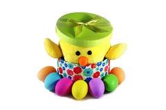 Gelbes Küken in einer Geschenkbox mit bunten Eiern Ostern Lizenzfreies Stockbild