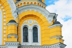 Gelbes Kirchengebäude mit Fenstern und Säulen Lizenzfreies Stockfoto