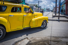Gelbes klassisches amerikanisches Auto in Kuba Stockbild