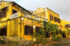 Gelbes Kolonialhaus in Hoi An, Vietnam. Stockbilder