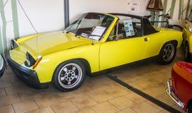 Gelbes konvertierbares Sportauto Volkswagen-Porsches Lizenzfreie Stockfotografie