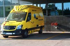 Gelbes Krankenwagenauto, Krankenwagen außerhalb der Krankenhausnotaufnahme lizenzfreies stockbild