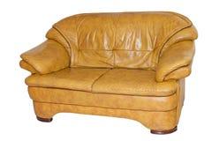 Gelbes ledernes Sofa lokalisiert auf weißem Hintergrund Lizenzfreies Stockfoto
