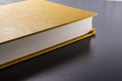 Gelbes leeres Papier des festen Einbands Front Book Pages Black Desk lizenzfreie stockbilder