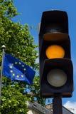 Gelbes Licht und Flagge der Europäischen Gemeinschaft Lizenzfreies Stockbild
