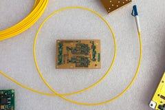 Gelbes Lichtleiterkabel und Leiterplatte mit dem Gold überzogen stockfotografie