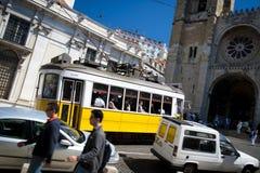 Gelbes Lissabon-Straßenauto durch Kathedrale Stockbild