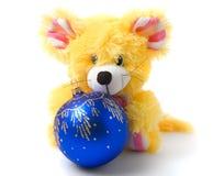 Gelbes Mäusespielzeug mit blauer Weihnachtskugel Stockfotografie