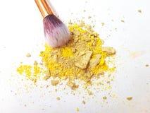 Gelbes Make-uppulver auf weißem Hintergrund stockbilder