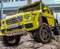 Gelbes Mercedes G500 lizenzfreies stockfoto