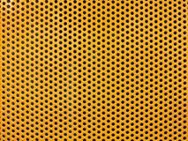 Gelbes Metallloch oder perforierter Gitterhintergrund stockbilder