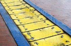 Gelbes Metallplatten industrielle AntifallBodenplatten lizenzfreie stockfotografie