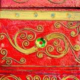 Gelbes Muster auf strukturiertem hellem rote Farbbrett Stockbild