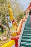 Gelbes Naka u. x28; riesiges snake& x29; Statue auf die Haupttreppe, die zu die Replik von Phra die in--Kwaen u. x28 führt; Hänge lizenzfreie stockfotografie