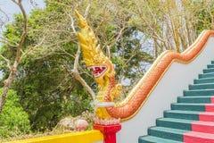 Gelbes Naka u. x28; riesiges snake& x29; Statue auf die Haupttreppe, die zu die Replik von Phra die in--Kwaen u. x28 führt; Hänge stockbilder
