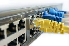 Gelbes Netzkabel schließen an Schaltungsnabe an stockbild