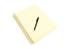 Gelbes Notizbuch und schwarze Feder Stockfoto