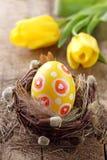 Gelbes Osterei im Nest lizenzfreie stockbilder