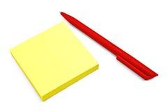 Gelbes Papier mit einer roten Feder Stockbilder
