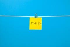 """Gelbes Papierblatt auf der Schnur mit Text """"Top 10† Lizenzfreies Stockfoto"""