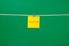 Gelbes Papierblatt auf der Schnur mit Text Top 10 Stockbilder
