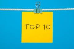 Gelbes Papierblatt auf der Schnur mit Text Top 10 Stockfotografie