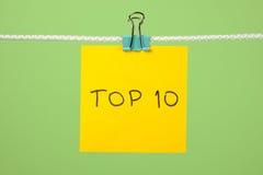 Gelbes Papierblatt auf der Schnur mit Text Top 10 Lizenzfreies Stockbild