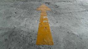 Gelbes Pfeil-Zeichen aus den Grund Stockfoto