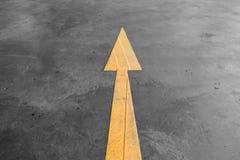 Gelbes PfeilVerkehrsschild auf der Straße Stockfotografie